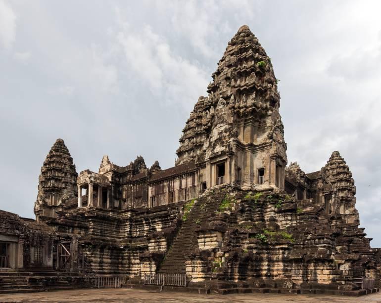 <strong>1. Angkor Wat</strong>Construído com o melhor do estilo clássico Khmer, combina dois planos: o templo-montanha e o templo em galerias, construído depois. Ele foi desenhado para representar o Monte Meru, casa dos devas na mitologia hindu