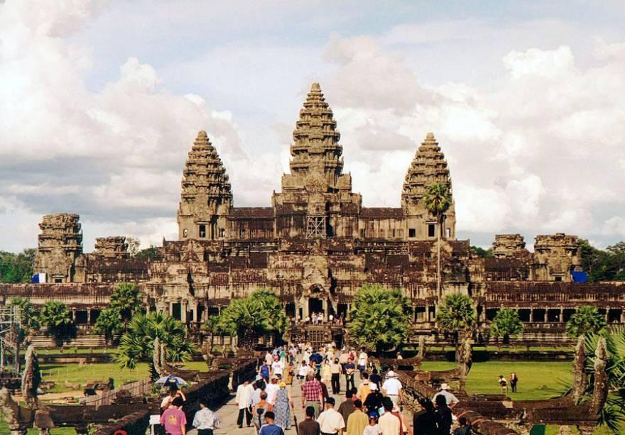 <strong>1. Angkor Wat</strong>Mais de 2 milhões de pessoas visitam Angkor Wat anualmente! O templo é a principal atração de Angkor e o monumento nacional do Camboja. Ele está representado na bandeira e nas cédulas de dinheiro cambojanos