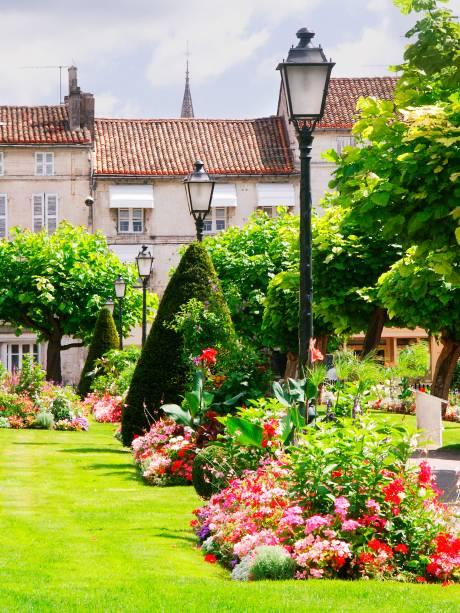 """<strong>Angoulême</strong>                    Reconhecida pela tradição que tem no mundo dos quadrinhos e da animação gráfica na <a href=""""http://viajeaqui.abril.com.br/paises/franca"""" rel=""""França"""" target=""""_blank"""">França</a>, Angoulême não é só artística no papel, dentro de museus ou em festivais, mas também da porta para fora: suas ruas são adornadas e salpicadas por jardins exuberantes!"""