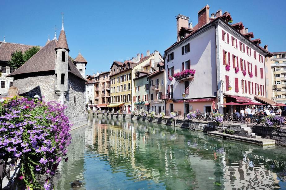 """<strong>Annecy</strong>                Localizada perto do lago mais transparente e puro da <a href=""""http://viajeaqui.abril.com.br/continentes/europa"""" rel=""""Europa"""" target=""""_blank"""">Europa</a>, Annecy também conta com vários canais – sendo chamada de """"A Veneza dos Aples"""" – que são flanqueados por muitas flores e plantinhas"""
