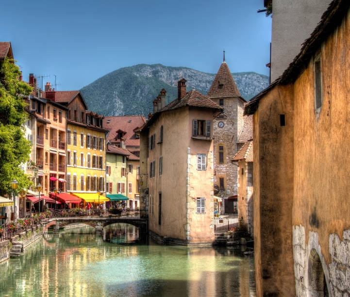 """<strong>Annecy -<a href=""""http://viajeaqui.abril.com.br/paises/franca"""" target=""""_blank"""" rel=""""noopener""""> França</a></strong> Para os franceses essa é a Pequena Veneza pelos seus canais decorrentes dos rios Thiou e Vassé e o canal Saint-Dominique. A vista ao redor fica por conta dos Alpes Franceses, que ficam com picos nevados em certas épocas do ano, e construções medievais.<em><a href=""""http://www.booking.com/city/fr/annecy.pt-br.html?aid=332455&label=viagemabril-venezasdomundo"""" target=""""_blank"""" rel=""""noopener"""">Busque hospedagens em Annecy no booking.com</a></em>"""
