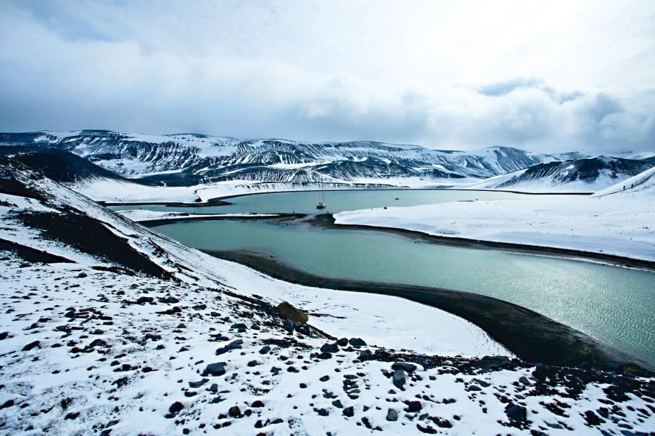 """<strong>Deception Island</strong><strong>–</strong><strong><a href=""""http://viajeaqui.abril.com.br/continentes/antartica"""" rel=""""Antártica"""" target=""""_blank"""">Antártica</a></strong>    A ilha é um dos principais pontos de encontro de navegadores a caminha ou saída da Antártica. Seu solo escuro, vulcânico, contrasta com a imensidão branca. O lugar tem várias fontes de água quente. Muitos dos navios de cruzeiro que visitam a região param em Whalers Bay, bem próximo dali, de onde se consegue observar esta paisagem única"""