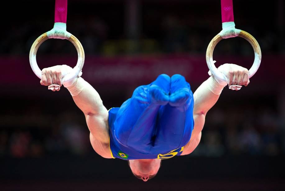 O ginasta brasileiro Arthur Zanetti, durante a performance que lhe rendeu a medalha de ouro nas argolas
