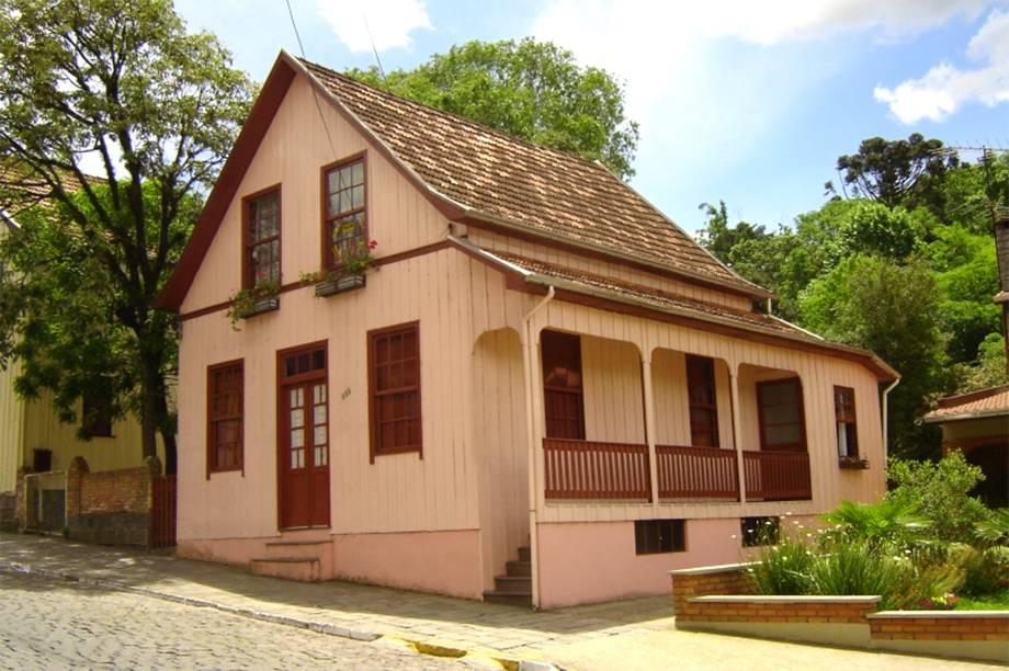 """<strong><a href=""""http://viajeaqui.abril.com.br/cidades/br-rs-antonio-prado"""" target=""""_self"""">Antônio Prado</a>, <a href=""""http://viajeaqui.abril.com.br/estados/br-rio-grande-do-sul"""" target=""""_self"""">Rio Grande do Sul</a></strong> Fundada em maio de 1886, a cidade ficou marcada como a sexta e última colônia da imigração italiana no sul do país. As construções temáticas do lugar seguem bem preservadas e conferem um charme especial à região, que inclui uma boa gastronomia típica e vinícolas que tornam tudo ainda mais atrativo. Atrações como o Museu Municipal guardam peças e objetos que preservam a história dos imigrantes <em><a href=""""http://www.booking.com/city/br/antonio-prado.pt-br.html?aid=332455&label=viagemabril-cidades-historicas-do-brasil"""" target=""""_blank"""">Veja preços de hotéis em Antônio Prado no Booking.com</a></em>"""
