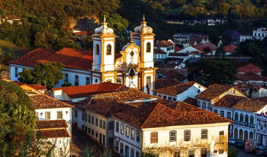"""<strong><a href=""""http://viajeaqui.abril.com.br/cidades/br-mg-ouro-preto"""" target=""""_self"""">Ouro Preto</a>, <a href=""""http://viajeaqui.abril.com.br/estados/br-minas-gerais"""" target=""""_self"""">Minas Gerais</a></strong> O conjunto arquitetônico da cidade é tão impressionante que não deu outra escolha: foi tombado como Patrimônio Cultural da Humanidade pela Unesco. Suas ruas bem conservadas encantam universitários, que se acumulam entre repúblicas estudantis e agitam as ruas durante o Carnaval. As boas atrações incluem um passeio de trem até a cidade de <a href=""""http://viajeaqui.abril.com.br/cidades/br-mg-mariana"""" target=""""_self"""">Mariana</a>, festivais completos e, é claro, igrejas que impressionam por sua riqueza arquitetônica - como a <a href=""""http://viajeaqui.abril.com.br/estabelecimentos/br-mg-ouro-preto-atracao-igreja-n-s-do-carmo"""" target=""""_self"""">Igreja N. S. Do Carmo</a> e a <a href=""""http://viajeaqui.abril.com.br/estabelecimentos/br-mg-ouro-preto-atracao-igreja-matriz-de-n-s-do-pilar"""" target=""""_self"""">Igreja Matriz de N. S. Do Pilar</a> <em><a href=""""http://www.booking.com/city/br/ouro-preto.pt-br.html?aid=332455&label=viagemabril-cidades-historicas-do-brasil"""" target=""""_blank"""">Veja preços de hotéis em Ouro Preto no Booking.com</a></em>"""
