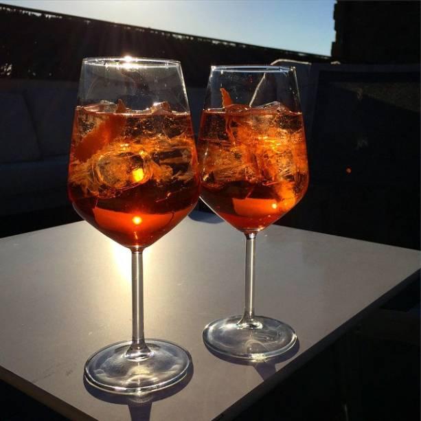 """<strong>2. Spritz – <a href=""""http://viajeaqui.abril.com.br/cidades/italia-veneza"""" rel=""""Veneza – Itália """" target=""""_blank"""">Veneza – Itália</a></strong>                    Drink refrescante de espumante com um toque de Aperol, Campari ou Cynar e muito gelo. Originário das regiões italianas Friuli-Venezia Giulia, Vêneto e Trieste, a sua versão mais comum, com Aperol, é o coquetel oficial dos venezianos. É consumido por jovens, adultos e idosos locais e também por turistas. Na cidade e região, é comum o ritual do Aperitivo, que consiste em bons drinks (frequentemente Aperol Spritz), comidinhas e conversa com os amigos antes do jantar. Tem jeito melhor de passar o final da tarde depois de um dia intenso de caminhadas pelo arquipélago de Veneza?                    <strong>Experimente em casa:</strong>em uma taça grande com gelo, acrescente 3 partes de espumante (ou prosecco) e 2 partes de Aperol. Complete com água com gás e decore com uma rodela de laranja."""