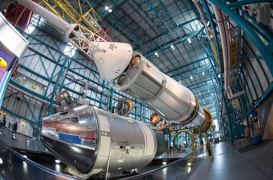 O foguete Saturn V, que levou o homem à Lua, é o grande destaque do galpão - para chegar ali, basta pegar o ônibus para fazer o tour de 2 a 3 horas de duração