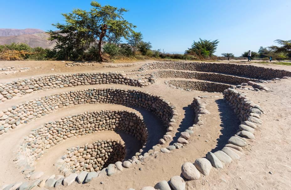 """Localizada a 450 quilômetros de <a href=""""http://viajeaqui.abril.com.br/cidades/peru-lima"""" target=""""_blank"""">Lima</a>, a capital peruana, a pequena cidade de Nazca fica cravada em um pequeno vale. A região atrai turistas graças ao seu curioso conjunto de geóglifos compostos por linhas, denominadas como Linhas de Nazca, que formam uma paisagem curiosa quando vista de cima e que até hojem são um enigma para estudiosos. Não se sabem ao certo como elas se formaram, mas as formas geométricas acabaram sendo tombadas como Patrimônio da Unesco em 1994. Além delas, outra coisa que chama a atenção e desperta a curiosidade dos visitantes são os Aquedutos de Cantalloc, um sistema de construções pré-históricas e subterrâneas compostas por pedras e que foram desenvolvidas pelas antigas civilizações para armazenar água fresca em meio ao deserto árido da região"""