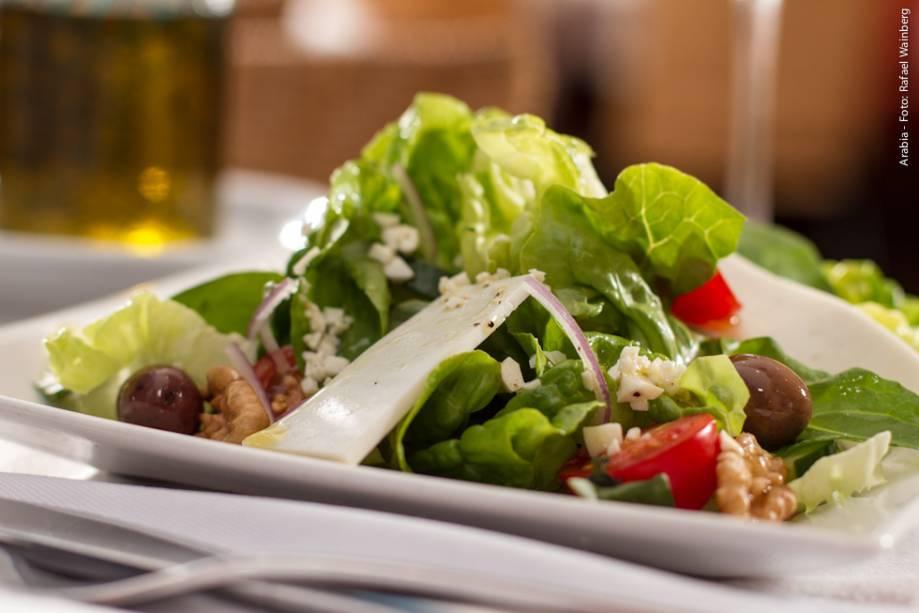 """<strong><a href=""""http://viajeaqui.abril.com.br/estabelecimentos/br-sp-sao-paulo-restaurante-arabia"""" rel=""""Arabia"""" target=""""_blank"""">Arabia</a></strong>                    O tradicional Fatuch (salada com folhas verdes, tomate, rabanete, pepino, cebola, salsinha e hortelã fresca com crocantes pedaços de pão árabe e molho de melaço de romã e azeite) está entre as indicações das entradas do jantar"""