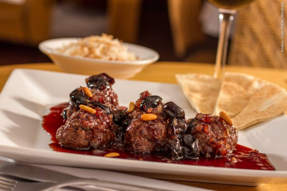 """<strong><a href=""""http://viajeaqui.abril.com.br/estabelecimentos/br-sp-sao-paulo-restaurante-arabia"""" rel=""""Arabia"""" target=""""_blank"""">Arabia</a></strong>                    As pequenas kaftas cozidas em molho de cerejas ou jabuticaba são uma das escolhas do cardápio do jantar. O prato vem acompanhado de porção de arroz com aletria"""