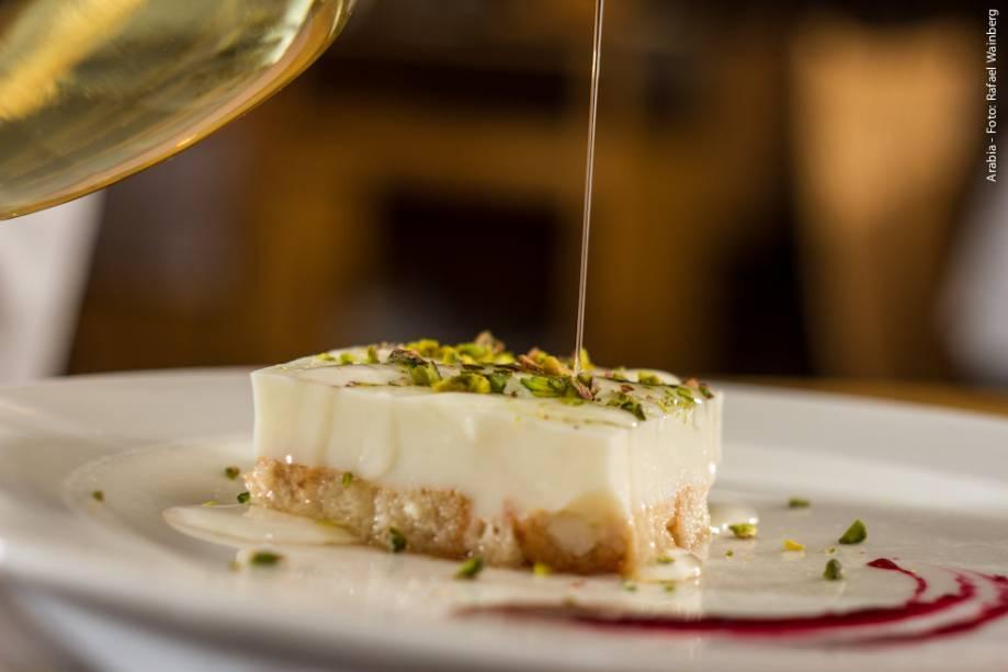 """<strong><a href=""""http://viajeaqui.abril.com.br/estabelecimentos/br-sp-sao-paulo-restaurante-arabia"""" rel=""""Arabia"""" target=""""_blank"""">Arabia</a></strong>                    O Aish Saraya (torta libanesa de nata com pistache e calda de flor de laranjeira) é uma das opções de sobremesa do jantar"""