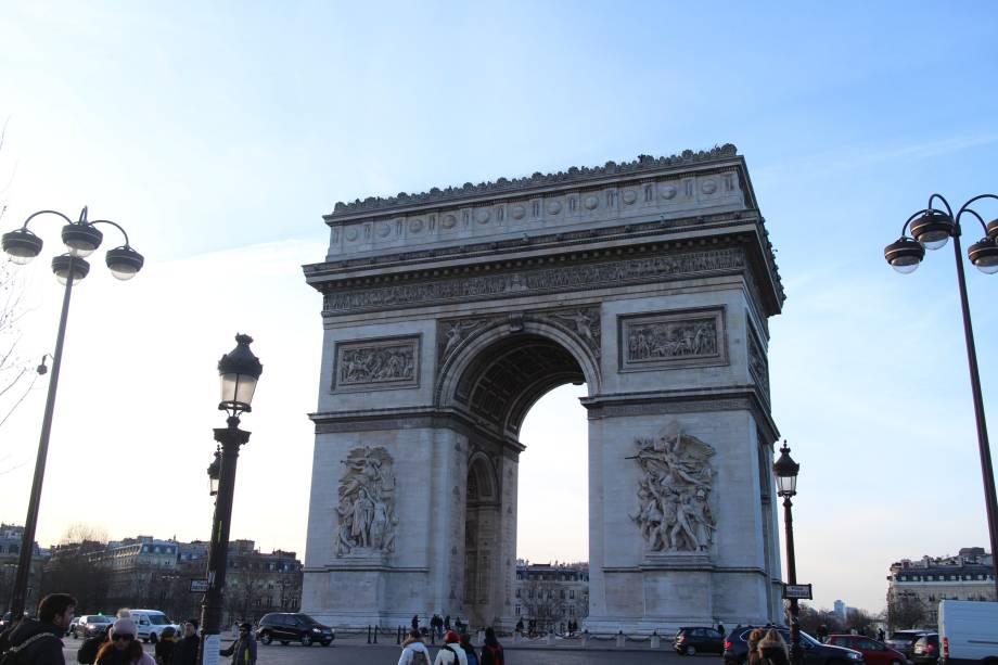 """O <a href=""""http://viajeaqui.abril.com.br/estabelecimentos/franca-paris-atracao-arco-do-triunfo-arc-de-triomphe"""" rel=""""Arco do Triunfo"""" target=""""_blank"""">Arco do Triunfo</a>, na avenida de <a href=""""http://viajeaqui.abril.com.br/estabelecimentos/franca-paris-atracao-champs-elysees"""" rel=""""Champs-Elyseés"""" target=""""_blank"""">Champs-Elyseés</a>, foi encomendada por Napoleão Bonaparte e habita o imaginário popular dos parisienses. É daqui que se tem uma das visões mais espetaculares da cidade"""