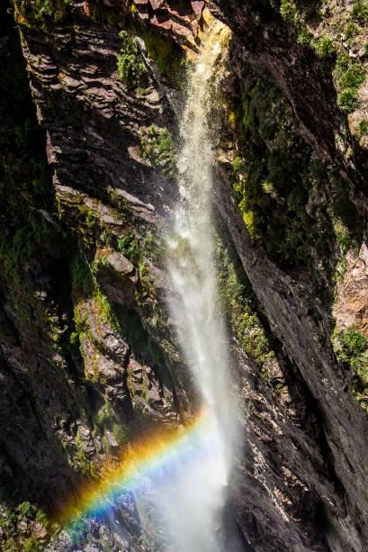 """<a href=""""http:// viajeaqui.abril.com.br/cidades/br-ba-chapada-diamantina"""" rel=""""Chapada Diamantina"""" target=""""_blank""""><strong>Chapada Diamantina</strong></a>    Uma fina cortina de água despenda por uma abertura do paredão e vai se desmanchando ao longo da queda – quase nenhuma água chega até o chão e por isso a cachoeira ganhou o nome de Fumaça"""