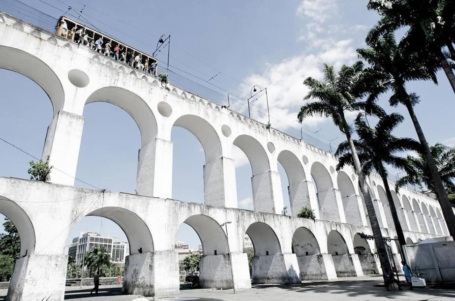 Os <strong>Arcos da Lapa</strong> formam uma espécie de portal que dá as boas-vindas aos frequentadores do bairro mais boêmio do Rio.