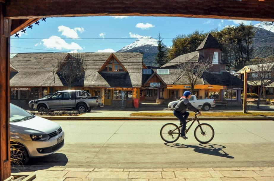 A bici e a vida passam pelas poucas quadras do Centro de Villa La Angostura, seus cafés e suas chocolaterias artesanais