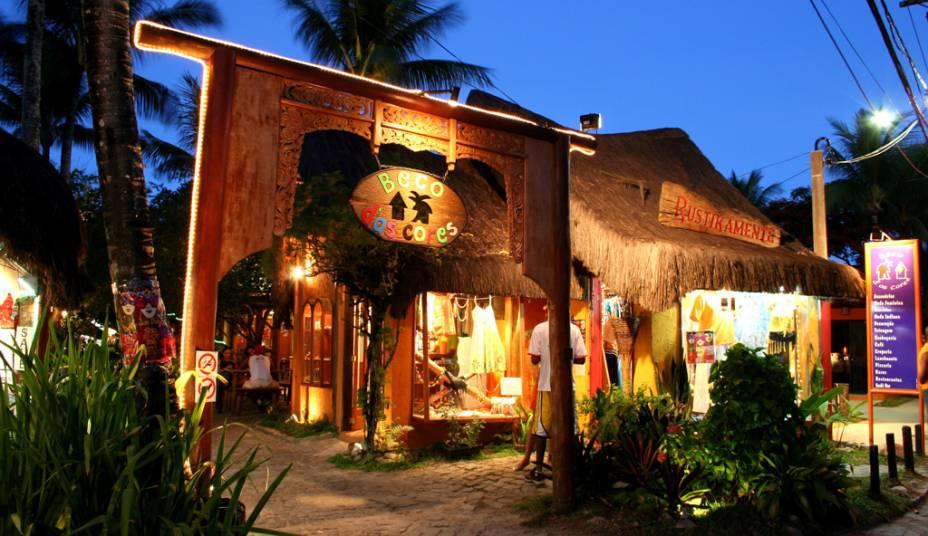 Galeria Beco das Cores na Rua do Mucugê, a estradinha de paralelepípedo que liga a vila à praia concentra restaurantes, lojas e pousadas