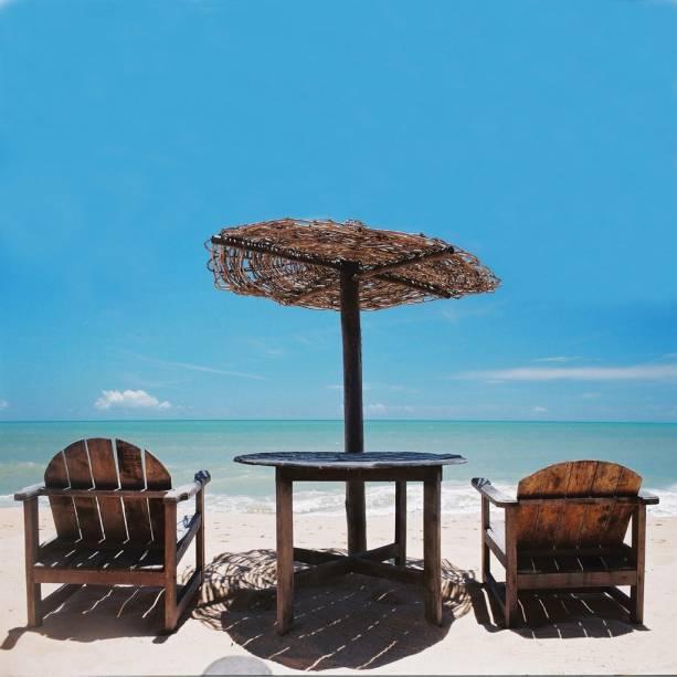 O movimento da Praia do Apaga-Fogo é sempre grande devido à concentração de hotéis e pousadas. O mar calmo, tomado por recifes, é ideal para passeios de caiaque