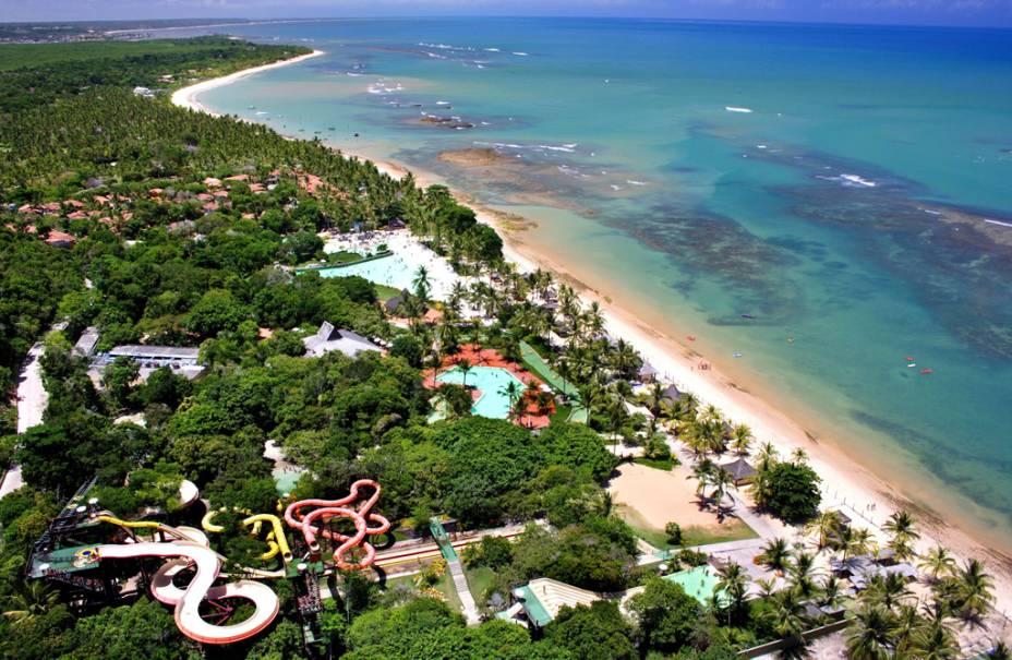 Vista aérea do Eco Parque Arraial dAjuda, que conta com amplas piscinas, rio com correnteza e cinco toboáguas