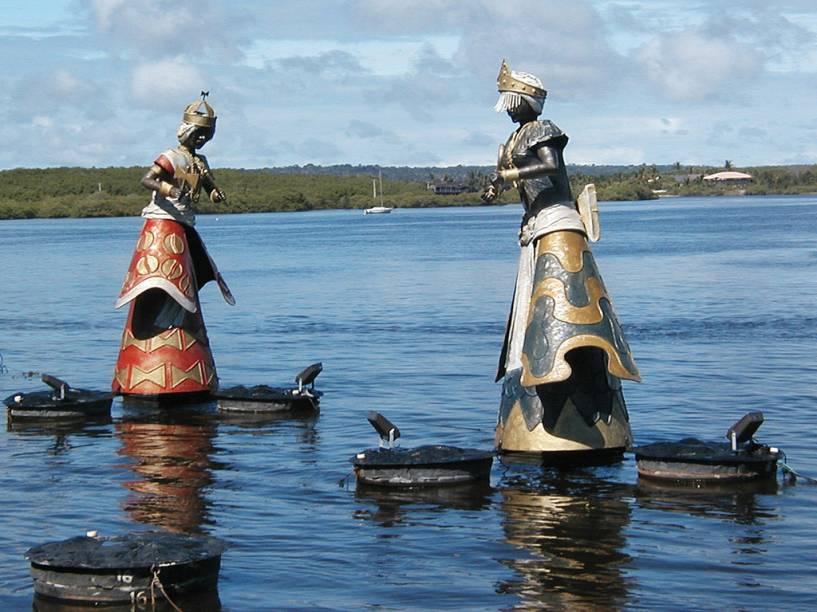 Esculturas de orixás, do artista plástico Tati Moreno, no encontro do Rio Buranhém com o mar, na Praia Apaga-Fogo
