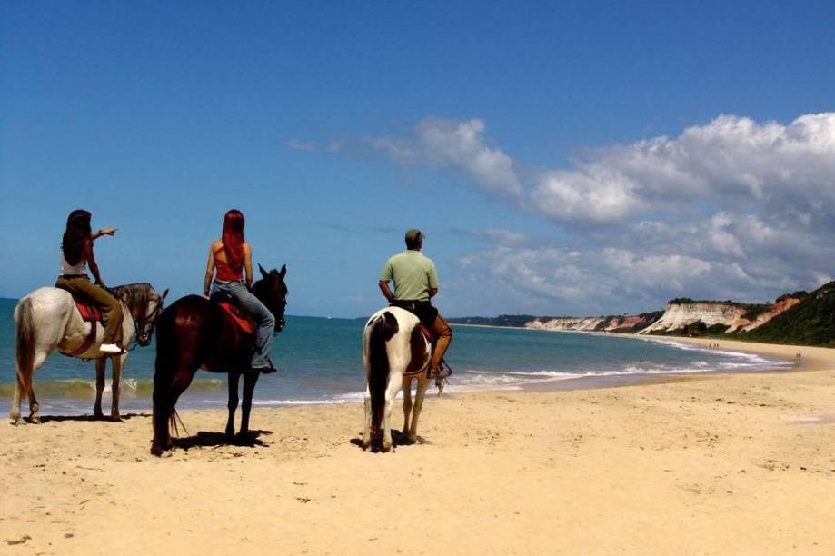 """<strong>4. <a href=""""/cidades/br-ba-arraial-dajuda"""" target=""""_blank"""">Arraial d'Ajuda</a> (3 dias)</strong> A partir de Porto Seguro, basta uma travessia de balsa para chegar às praias com mar calmo, areia fina e falésias dessa vila charmosa. A animação também rola solta em algumas barracas e na Rua do Mucugê"""