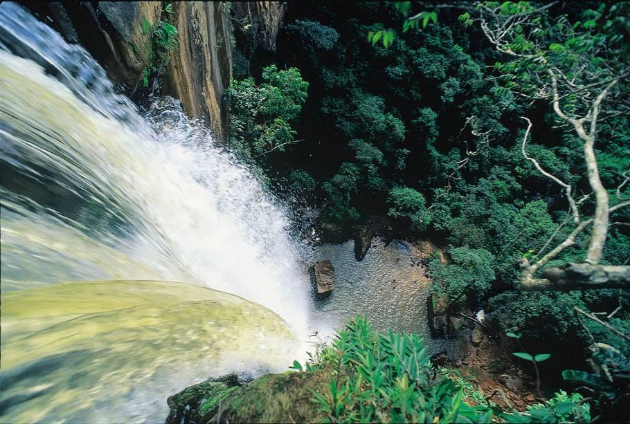 """<strong>Parque Nacional da Serra do Cipó</strong><br />    Várias pousadinhas simples e bem charmosas se espalham às margens da MG-010. A região da <a href=""""http://viajeaqui.abril.com.br/cidades/br-mg-serra-do-cipo"""" rel=""""Serra do Cipó"""" target=""""_self"""">Serra do Cipó</a> abriga um <a href=""""http://viajeaqui.abril.com.br/estabelecimentos/br-mg-serra-do-cipo-atracao-parque-nacional-da-serra-do-cipo"""" rel=""""Parque Nacional"""" target=""""_self"""">Parque Nacional</a> repleto de cachoeiras e trilhas, importante santuário da flora brasileira. A melhor época para conhecer as belezas naturais do parque é de abril a novembro, período de seca que facilita o cruzamento de rios. <em>Acesso pelo km 95 da MG-010 (ao lado da ponte sobre o Rio Cipó), mais 3 km em estrada de terra até o centro de visitantes, onde os carros ficam estacionados</em>"""