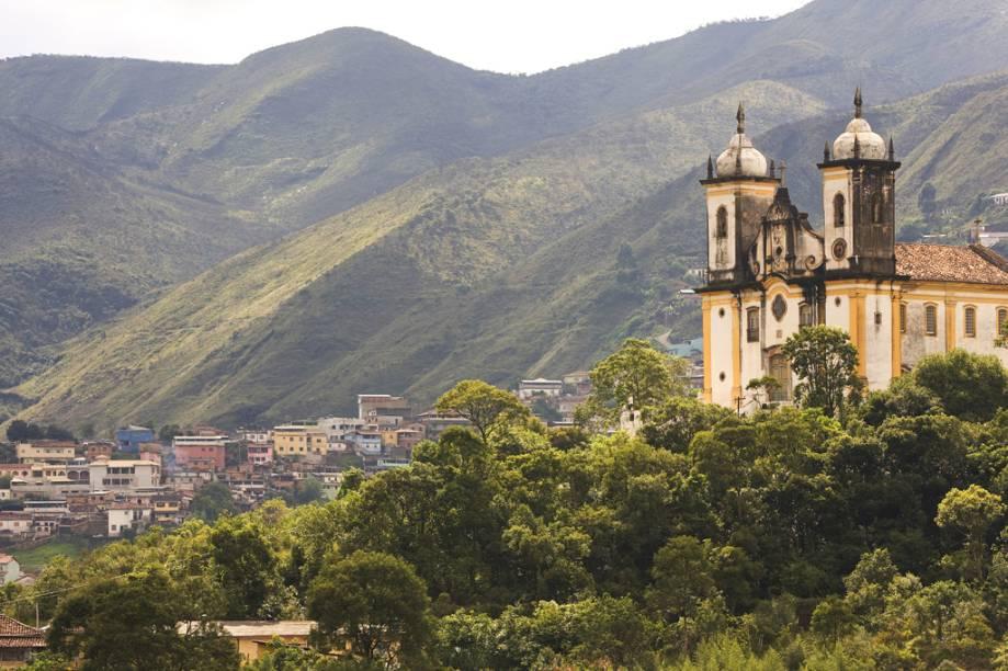 """<strong>Ouro Preto</strong><br />    Os livros são incapazes de explicar parte da história do Brasil-Colônia com o mesmo realismo das ladeiras, dos museus e das fachadas de <a href=""""http://viajeaqui.abril.com.br/cidades/br-mg-ouro-preto"""" rel=""""Ouro Preto"""" target=""""_self"""">Ouro Preto</a>, a 107 quilômetros de Belo Horizonte. Dá para imaginar nitidamente como o ouro era pesado e fundido durante uma visita à <a href=""""http://viajeaqui.abril.com.br/estabelecimentos/br-mg-ouro-preto-atracao-casa-dos-contos"""" rel=""""Casa dos Contos"""" target=""""_self"""">Casa dos Contos</a>; se arrepiar ao se deparar com as traves de madeira que compunham a forca de Tiradentes no <a href=""""http://viajeaqui.abril.com.br/estabelecimentos/br-mg-ouro-preto-atracao-museu-da-inconfidencia"""" rel=""""Museu da Inconfidência"""" target=""""_self"""">Museu da Inconfidência</a>. Aqui também é imprescindível visitar igrejas, cada uma tem uma particularidade. A <a href=""""http://viajeaqui.abril.com.br/estabelecimentos/br-mg-ouro-preto-atracao-igreja-sao-francisco-de-assis"""" rel=""""Igreja de São Francisco de Assis"""" target=""""_self"""">Igreja de São Francisco de Assis</a> reúne, ao mesmo tempo, obras de Aleijadinho (o projeto arquitetônico, o lavabo da sacristia esculpido em pedra-sabão e o desenho do medalhão da fachada) e de Mestre Athayde (o forro, os painéis e os quadros laterais)."""