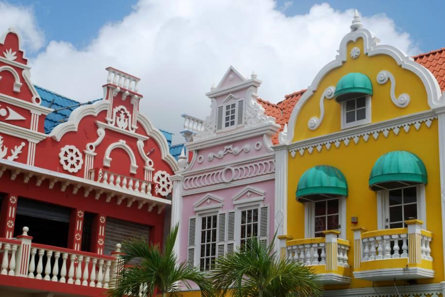 Em Oranjestad, capital de Aruba, prédios coloridos e a influência holandesa presente também na arquitetura