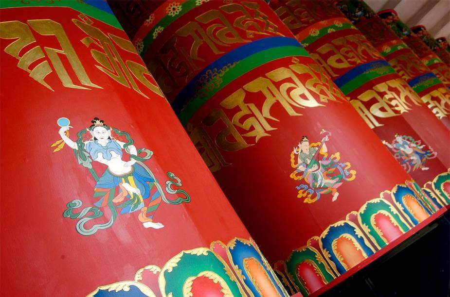 Dentro do templo, há rodas de oração. De acordo com a tradição budista, cada roda contém milhares de mantras, que giram continuamente