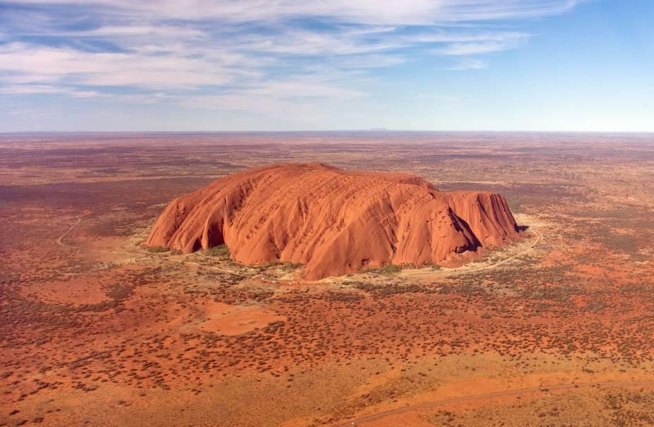 """<strong>9. <a href=""""http://viajeaqui.abril.com.br/cidades/australia-outback"""" rel=""""Outback, Austrália"""" target=""""_blank"""">Outback, Austrália</a></strong>    Para quem vai ao Outback, um passeio imperdível é visitar o Uluru, um monolito de mais de 3 quilômetros quadrados, assentado sobre a planície do deserto, bem no centro do país. Hoje, é proibido escalar a rocha - ela é um símbolo sagrado para as comunidades de aborígenes. É permitido caminhar em volta dela e observar a paisagem árida, mas cheia de vida, ao redor. <a href=""""http://viajeaqui.abril.com.br/vt/blogs/achados/2015/03/19/uluru-ayers-rock-a-imagem-mais-forte-do-outback-o-impressionante-deserto-vermelho-australiano/"""" rel=""""Veja como é"""" target=""""_blank"""">Veja como é</a>"""