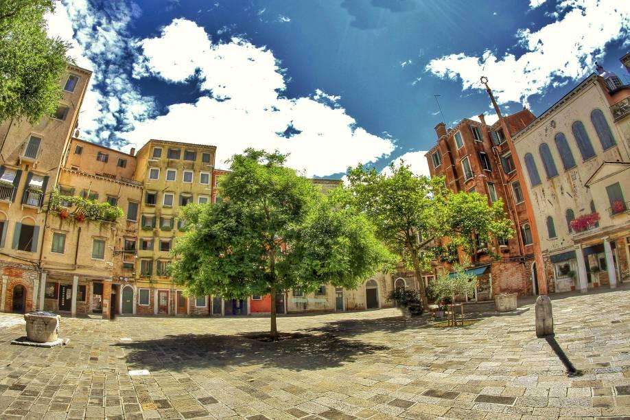 """O Ghetto, no norte de <a href=""""http://viajeaqui.abril.com.br/cidades/italia-veneza"""" rel=""""Veneza"""">Veneza</a>, é um dos bairros judeus mais antigos da Europa - sua ocupação data do século 14; ali é possível visitar o Campo del Ghetto Nuovo, o Museo Ebraico, além de livrarias e cemitérios judaicos"""