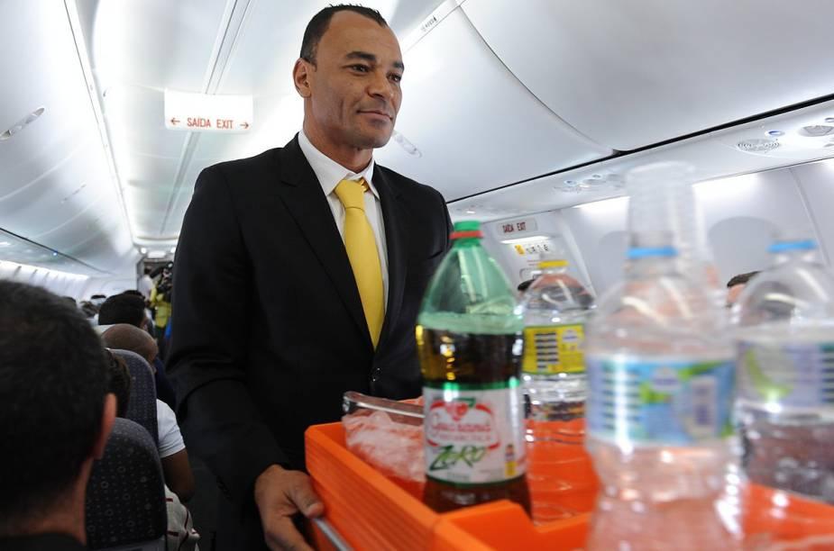 Cafu serve o kit da Gol para os passageiros do voo, que foram pegos de surpresa