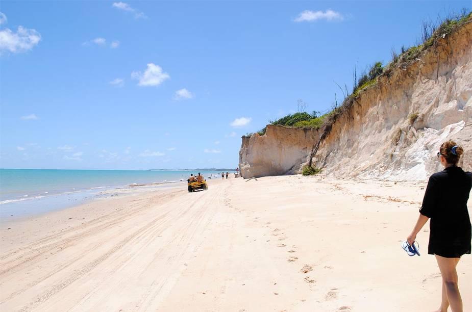 Turistas passeiam de bugue pela praia, de areia branquinha e mar azul-esverdeado