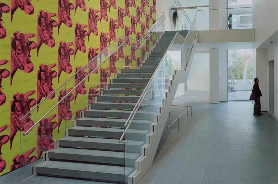 A escada que leva ao segundo andar do prédio de pesquisa e educação Lewis B. e Dorothy Cullman é decorada com o papel de parede Cow, criado em 1966 por ninguém menos que Andy Warhol