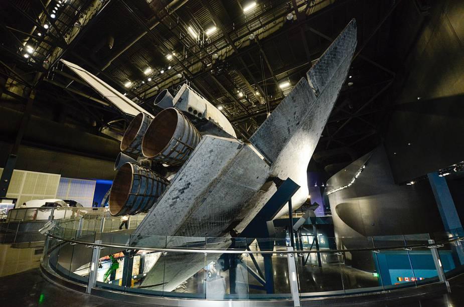 Vista da parte inferior do Atlantis, em exibição no pavilhão destinado aoônibus espacial - uma das missões mais memoráveis da nave aposentada foi em maio de 2009, para consertar e fazer um upgrade no telescópio Hubble, em plena órbita da Terra