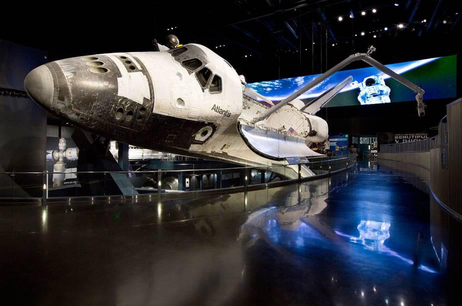 Uma das grandes atrações em exibição no Kennedy Space Center é o ônibus espacial Atlantis, que voou 200 milhões de quilômetros antes de se aposentar