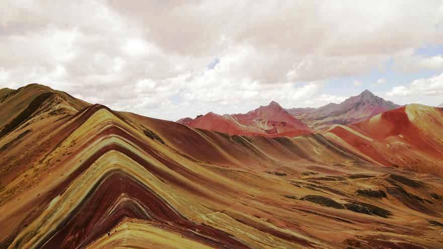 """<strong>Ausangate, Peru</strong> Parece um bacon gigante, mas este lugar existe. Ausangate é uma das trilhas ainda pouco conhecidas na região de Cusco.<em><a href=""""https://www.booking.com/searchresults.pt-br.html?aid=332455&lang=pt-br&sid=eedbe6de09e709d664615ac6f1b39a5d&sb=1&src=index&src_elem=sb&error_url=https%3A%2F%2Fwww.booking.com%2Findex.pt-br.html%3Faid%3D332455%3Bsid%3Deedbe6de09e709d664615ac6f1b39a5d%3Bsb_price_type%3Dtotal%26%3B&ss=Peru&checkin_monthday=&checkin_month=&checkin_year=&checkout_monthday=&checkout_month=&checkout_year=&no_rooms=1&group_adults=2&group_children=0&from_sf=1&ss_raw=Peru+&ac_position=2&ac_langcode=xb&dest_id=167&dest_type=country&search_pageview_id=44067862d160070e&search_selected=true&search_pageview_id=44067862d160070e&ac_suggestion_list_length=5&ac_suggestion_theme_list_length=0&district_sel=0&airport_sel=0&landmark_sel=0"""" target=""""_blank"""" rel=""""noopener"""">Busque hospedagens em Peru no Booking.com</a></em>"""