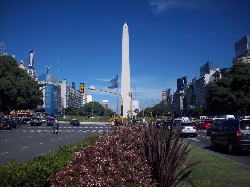 """Um dos monumentos mais icônicos da capital da <a href=""""http://viajeaqui.abril.com.br/paises/argentina/"""" rel=""""Argentina"""" target=""""_blank"""">Argentina</a>, <a href=""""http://viajeaqui.abril.com.br/cidades/ar-buenos-aires"""" rel=""""Buenos Aires"""" target=""""_blank"""">Buenos Aires</a>, é o da avenida 9 de Julio - que tem esse nome em homenagem à data da independência do país"""