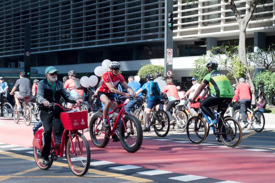 Sem a circulação de carros, paulistanos aproveitam a Avenida Paulista em domingo de sol