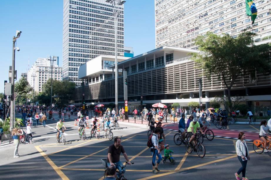 A prefeitura de São Paulo realizou testes em domingos esporádicos desde junho de 2015, e, em outubro, foi decidido que a Avenida Paulista seria aberta para pedestres e ciclistas todos os domingos