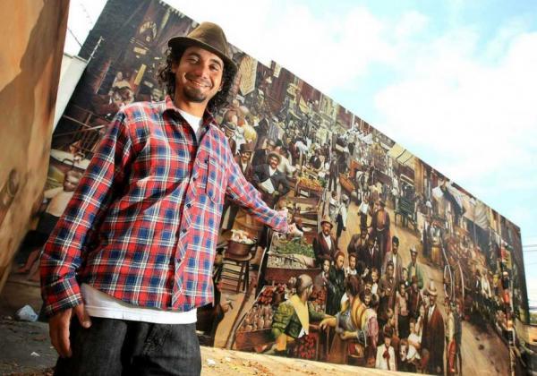 O artista plástico Eduardo Kobra e seu mural na Avenida Professor Manuel José Chaves, 291, em Pinheiros