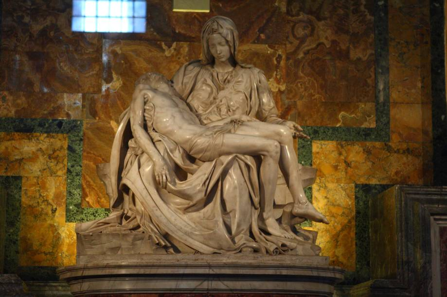 A capela onde se encontra a Pietà fica logo à direita da entrada da Catedral de São Pedro