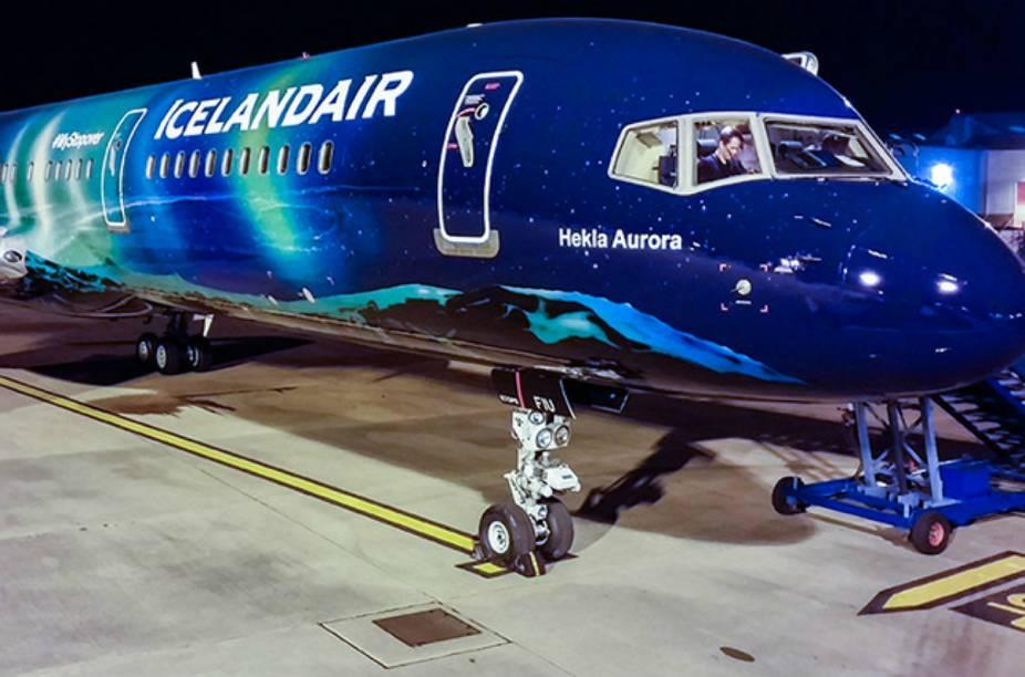 Avião da companhia aérea Icelandair reproduz aurora boreal