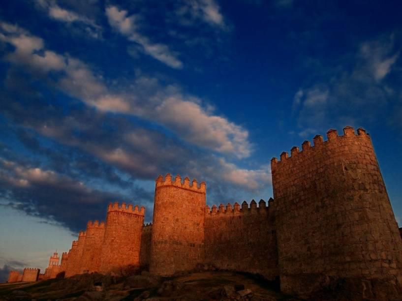 """<strong>Ávila, <a href=""""http://viajeaqui.abril.com.br/paises/espanha"""" rel=""""Espanha"""" target=""""_blank"""">Espanha</a></strong>                        O mais bem preservado <a href=""""http://viajeaqui.abril.com.br/estabelecimentos/espanha-avila-atracao-muralha"""">muro</a> medieval europeu encontra-se a tal distância de <a href=""""http://viajeaqui.abril.com.br/cidades/espanha-madri"""">Madri</a> que vale um bom passeio de um dia. As fabulosas fortificações de <a href=""""http://viajeaqui.abril.com.br/cidades/espanha-avila"""">Ávila</a> são acompanhadas pela igreja gótica mais antiga da <a href=""""http://viajeaqui.abril.com.br/paises/espanha"""">Espanha</a> e as lendas que cercam a vida de Santa Teresa d'Ávila"""