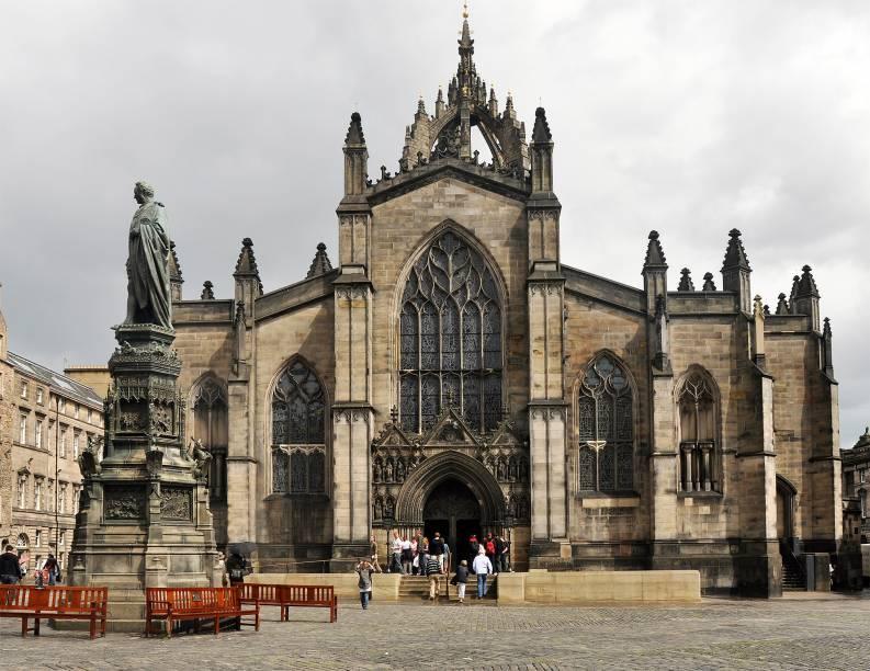 """Em <a href=""""http://viajeaqui.abril.com.br/cidades/escocia-edimburgo"""" rel=""""Edimburgo"""" target=""""_blank"""">Edimburgo</a>, a St. Giles Cathedral fica entre o Palácio de Holyrood e o Castelo de Edimburgo na Royal Mile. Após um longo dia de passeio, aproveite o silêncio para descansar enquanto aprecia os vitrais que ilustram passagens bíblicas com belos formatos e cores"""