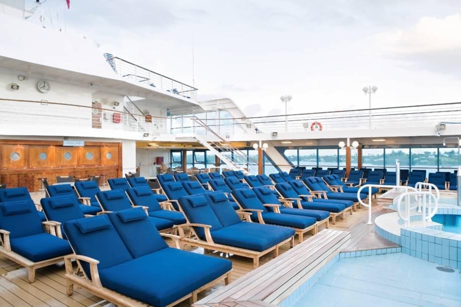 Deck e piscina do navio de cruzeiros Azamara Quest, da companhia Royal Caribbean International.