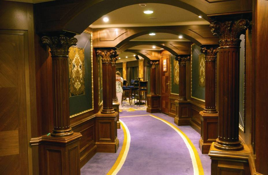 Interior do navio de cruzeiros Azamara Quest, da companhia Royal Caribbean International.