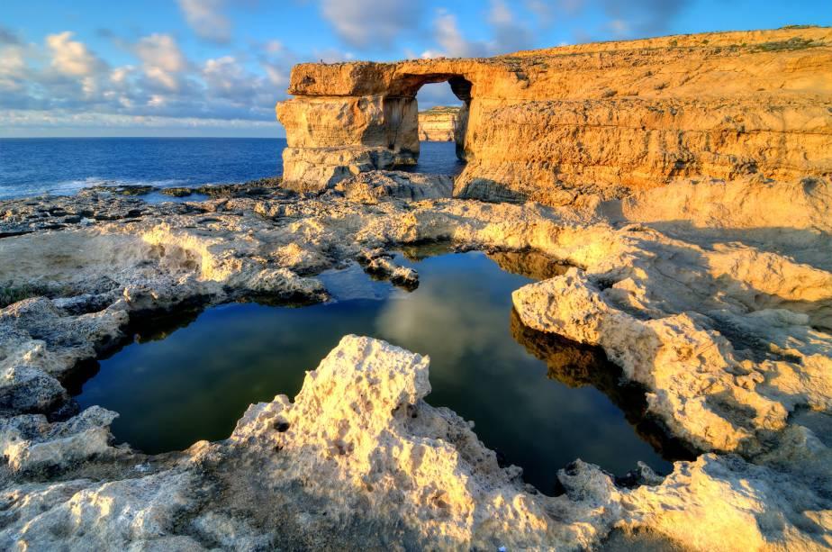 A rocha calcária conhecida como Azure Window, em Gozo, Malta, é uma das atrações turísticas naturais do arquipélago e serviu de cenário para a série de TV Game of Thrones