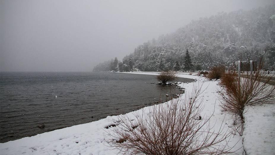 """No inverno, <a href=""""http://viajeaqui.abril.com.br/cidades/ar-bariloche"""" rel=""""Bariloche"""" target=""""_blank"""">Bariloche</a> torna-se um paraíso para quem esquia ou pratica snowboarding: a neve pode acumular-se até os dois metros de altura"""