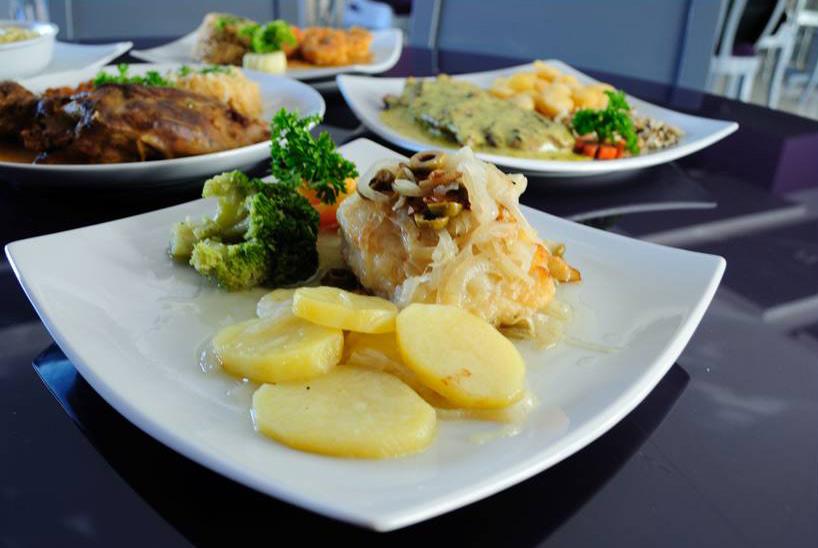 """<a href=""""http://viajeaqui.abril.com.br/estabelecimentos/br-ce-fortaleza-restaurante-sobreiro"""" rel=""""Sobreiro""""><strong>Sobreiro </strong></a>(em Papicu)<br />    <br />    Bacalhau a lagareiro, prato servido no restaurante Sobreiro, em Fortaleza"""