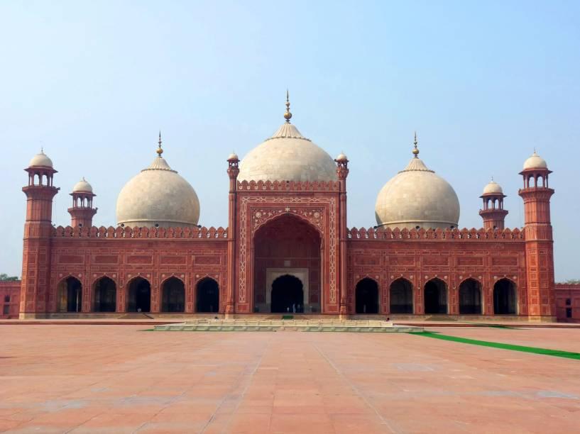 Uma representação da beleza, paixão e grandiosidade da era Mughal na região, a Mesquita Real de Lahore foi inaugurada em 1673 e é hoje a quinta maior do planeta, a segunda maior do Paquistão. Seu pátio interno é o maior do mundo: a plataforma que sustenta o Taj Mahal (que não é mesquita, é mausoléu, por isso não está nessa lista) cabe inteira dentro de seus mais de 25 mil metros quadrados! Foi construída em arenito rosa, que dá essa cor especial à mesquita